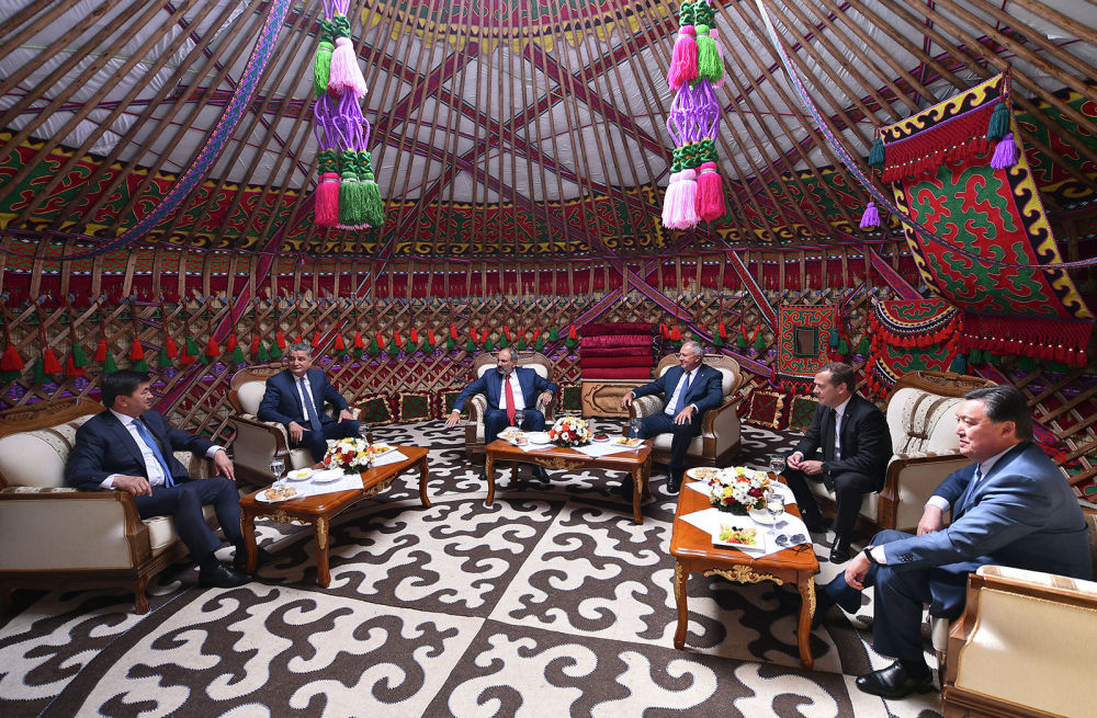 На территории комплекса установлена настоящая юрта. В ней участники заседания встретились перед переговорами в узком составе.