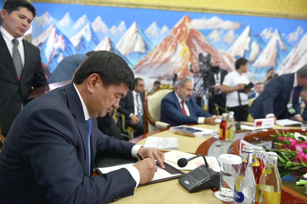 Премьер-министр Кыргызстана Мухаммедкалый Абылгазиев предложил снимать барьеры через ЕЭК, для этого комиссию наделить дополнительными полномочиями