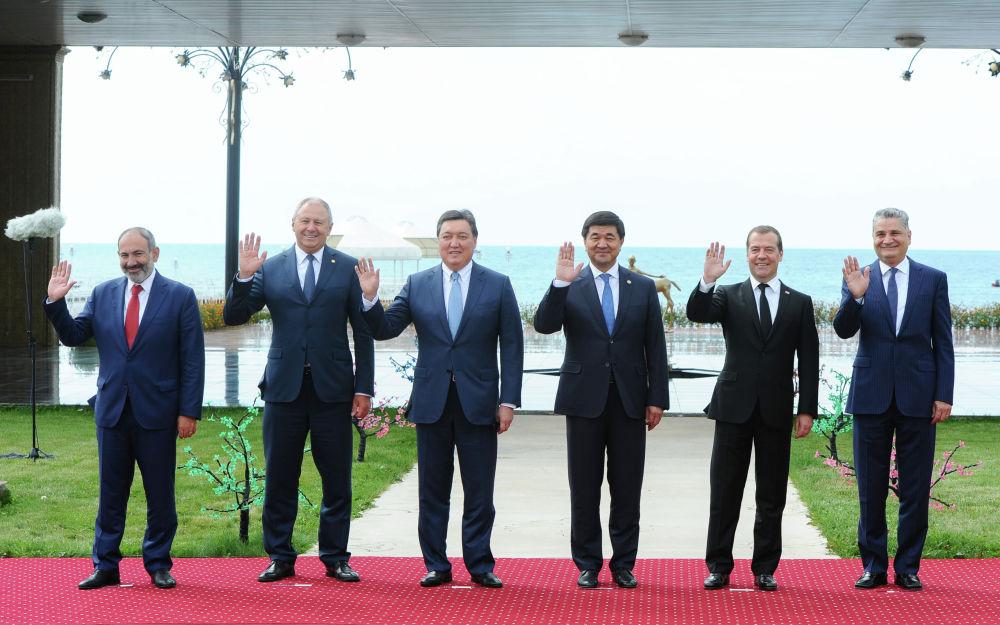 Премьер-министрам и главе ЕЭК явно понравилось на Иссык-Куле