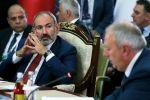 Премьер-министр Армении Никол Пашинян (слева) на заседании Евразийского межправительственного совета стран Евразийского экономического союза (ЕАЭС) в составе делегаций в культурно-этнографическом комплексе Рух в Чолпон-Ате.