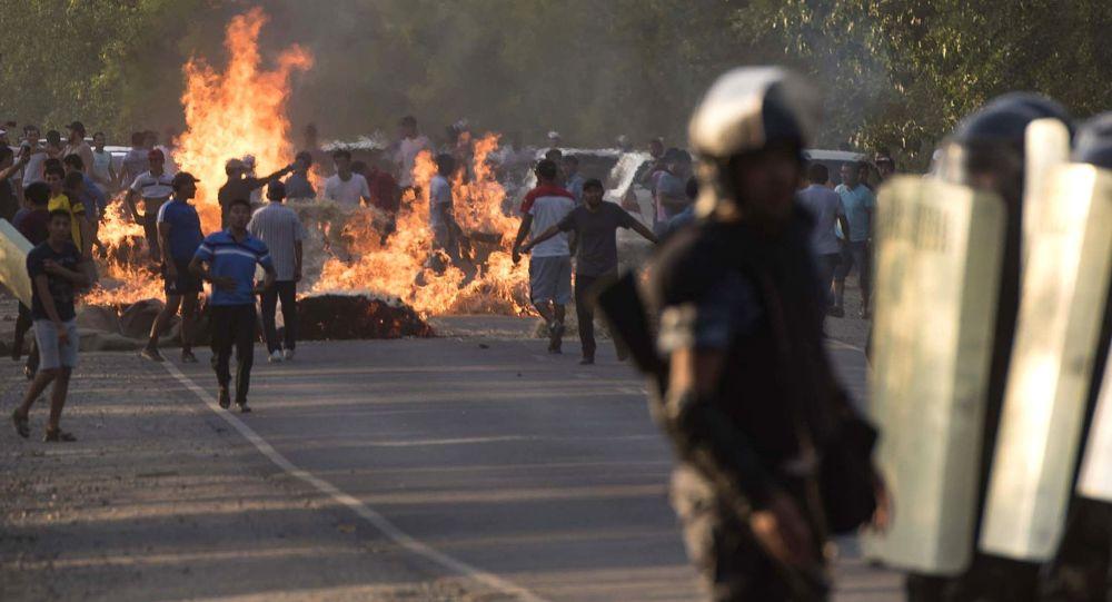 Сотрудник милиции во время столкновений с местными жителями в селе Кой-Таш. Архивное фото