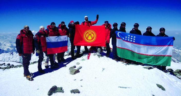 Группа военных альпинистов из Кыргызстана, России и Узбекистана завершила восхождение на пик Ленина
