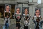 Группа протеста держат фотографии Джеффри Эпштейна перед зданием федерального суда в Нью-Йорке. Архивное фото