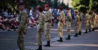 Военнослужащие охраняют общественный порядок во время айт-намаза в честь Курман айта в Бишкеке