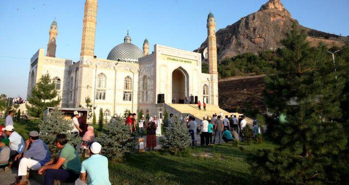 Праздничный намаз в честь Курман айта в центральной мечети Оша