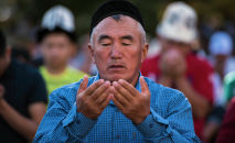 Люди на праздничном айт-намазе, который прошел на Старой площади в Бишкеке. Архивное фото