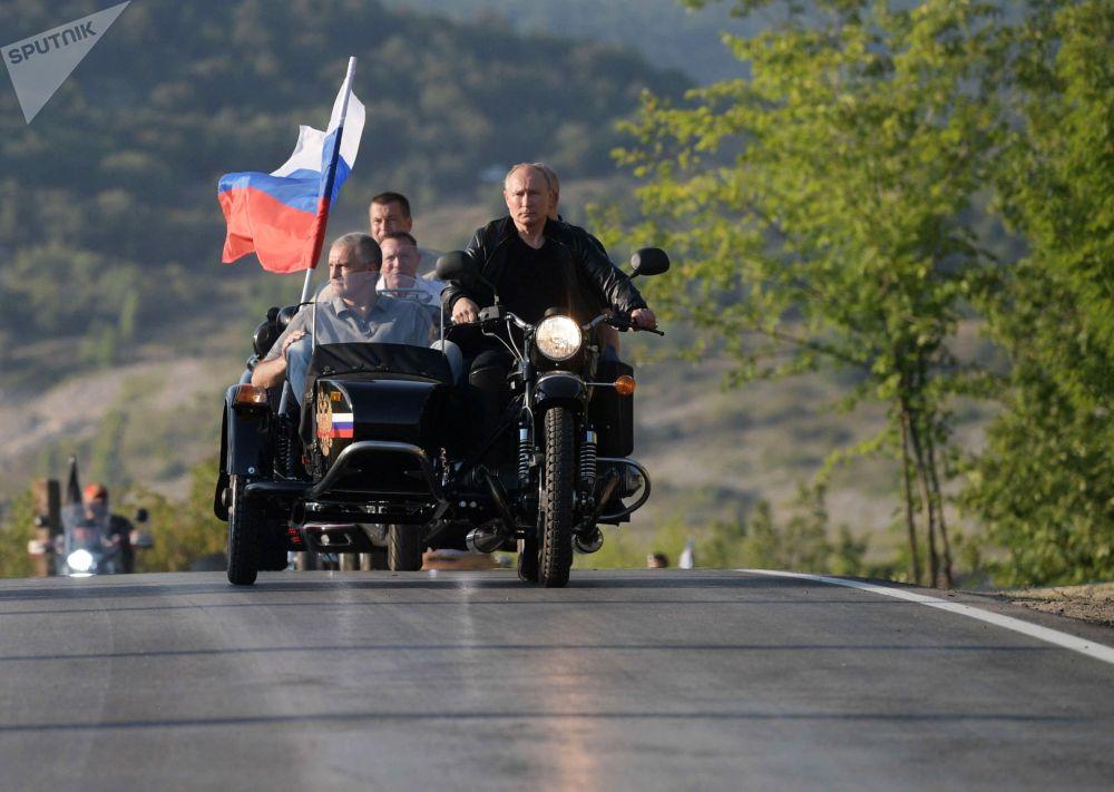 Президент России Владимир Путин участвует в организованном мотоклубом Ночные волки международном байк-шоу Тень Вавилона в Севастополе за рулем мотоцикла Урал.