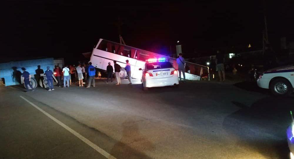 В Иссык-Кульском районе автобус с пассажирами вылетел с трассы в кювет