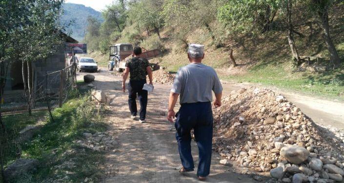 Сотрудники государственного природного заповедника Сары-Челек методом ашара полностью отремонтировали 3 км внутренней дороги села Аркыт