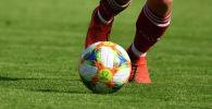 Футболист с мячом. Архивное фото
