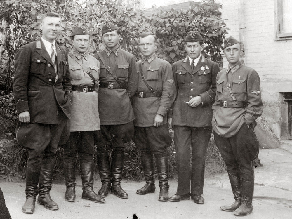 Первый кыргыз военный летчик Абдували Курбаналиев (справа второй) в Кисловодске. Во время войны он был преподавателем в Одесской военной школе пилотов во Фрунзе.