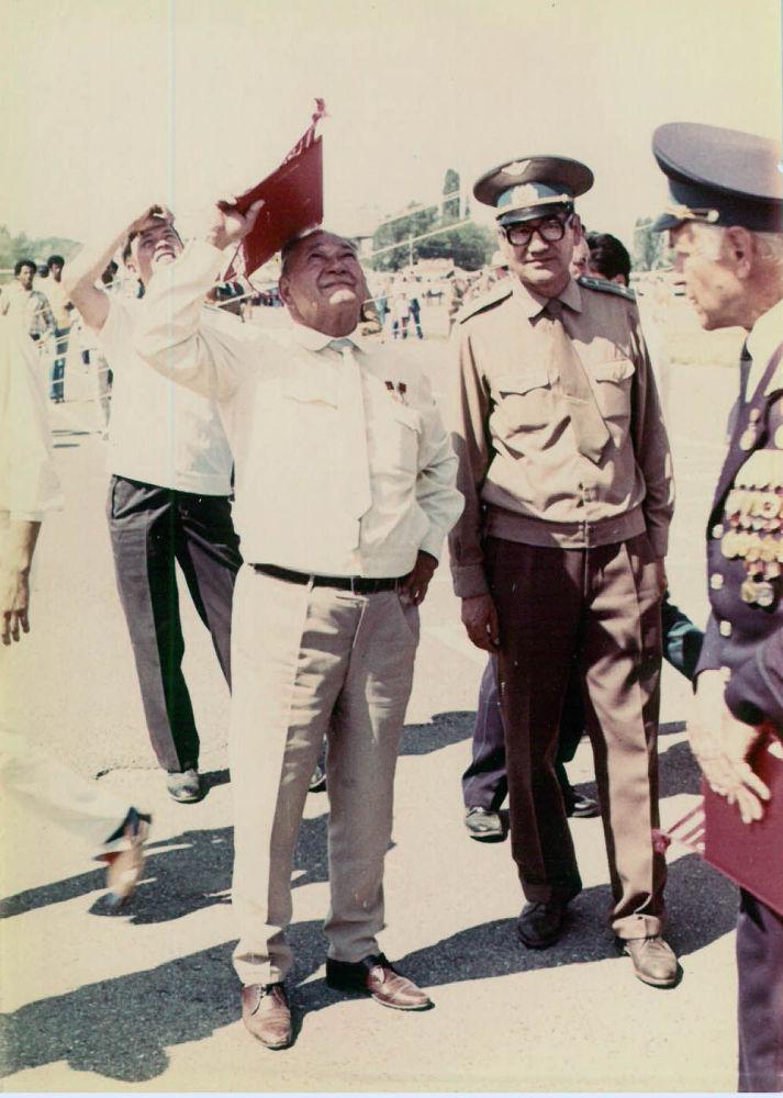 Дважды Герой Советского Союза Талгат Бегельдинов с комиссаром Валимжан Танырыковым на аэродроме гарнизона Фрунзе-1. 1982