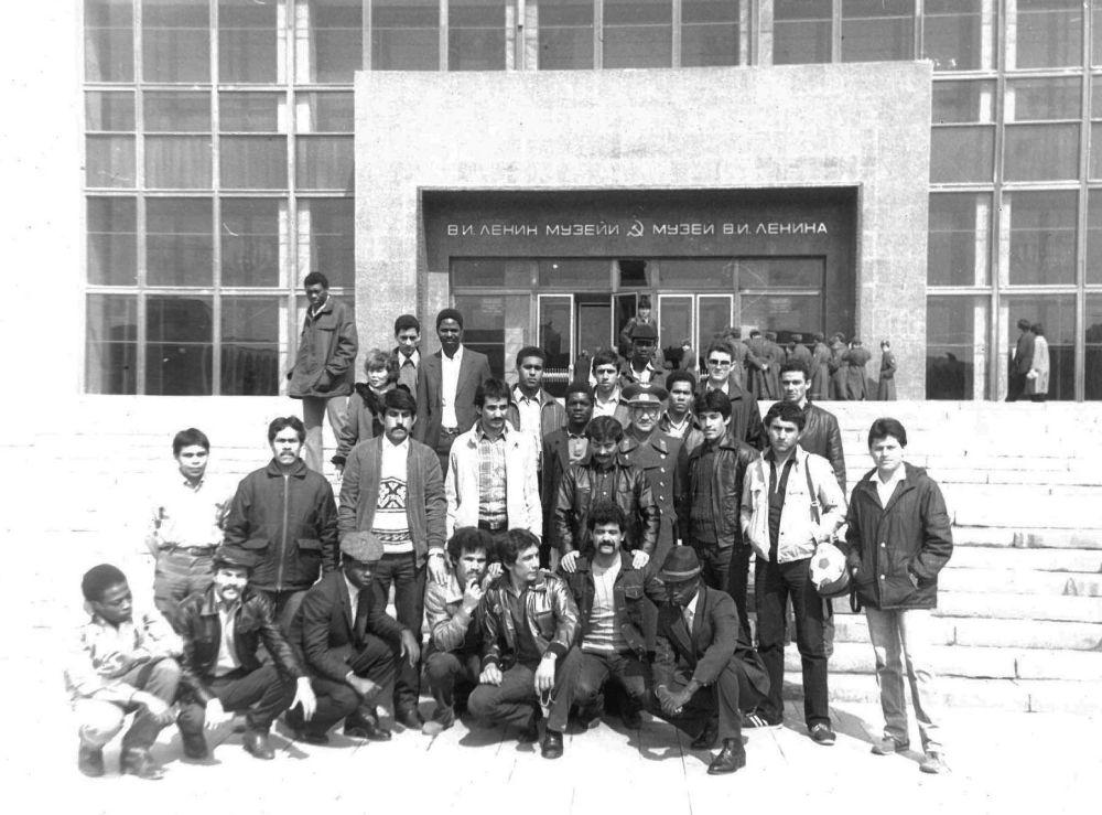 Слушатели и курсанты после экскурсии в историческом музее имени В. И. Ленина во Фрунзе. 1981