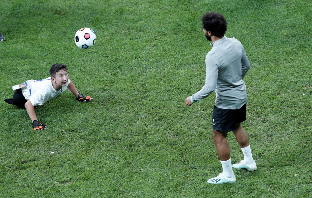 Форвард Ливерпуля Мохамед Салах осуществил мечту 10-летнего инвалида Али Турганбекова из Казахстана, сыграв с мальчиком на тренировке команды в Стамбуле