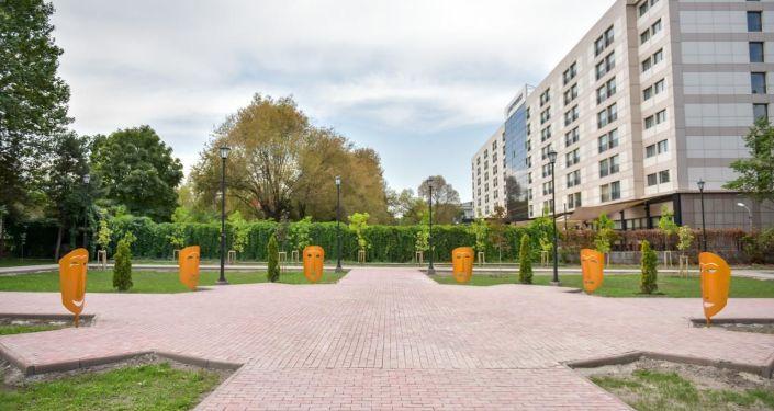 Мэрия Бишкека проводит масштабную реконструкцию сквера Театральный расположенного за театром оперы и балета им. А. Малдыбаева в Бишкеке