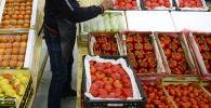 Торговля овощами и фруктами. Архивное фото
