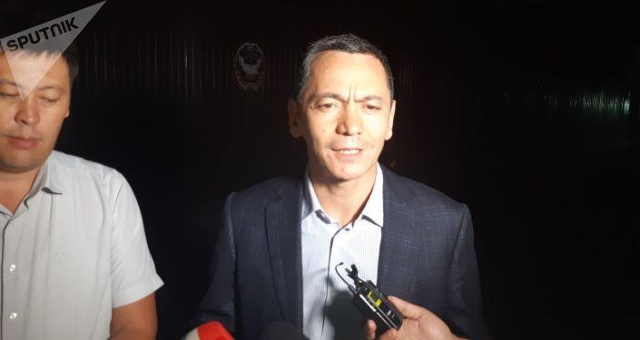 Экс-депутат ЖК Омурбек Бабанов отвечает на вопросы журналистов после допроса в Государственной службе по борьбе с экономическими преступлениями