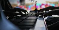Мужчина играет на пианино. Архивное фото
