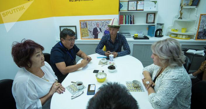 Международное информационное агентство и радио Sputnik Кыргызстан передало фотоплакаты проекта Национальные головные уборы Национальному историческому музею Кыргызстана