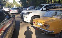 Сотрудники Управления обеспечения безопасности дорожного движения (УОБДД) Бишкека оштрафовали водителя экс-кандидата в президенты Омурбека Бабанова за тонировку автомобиля