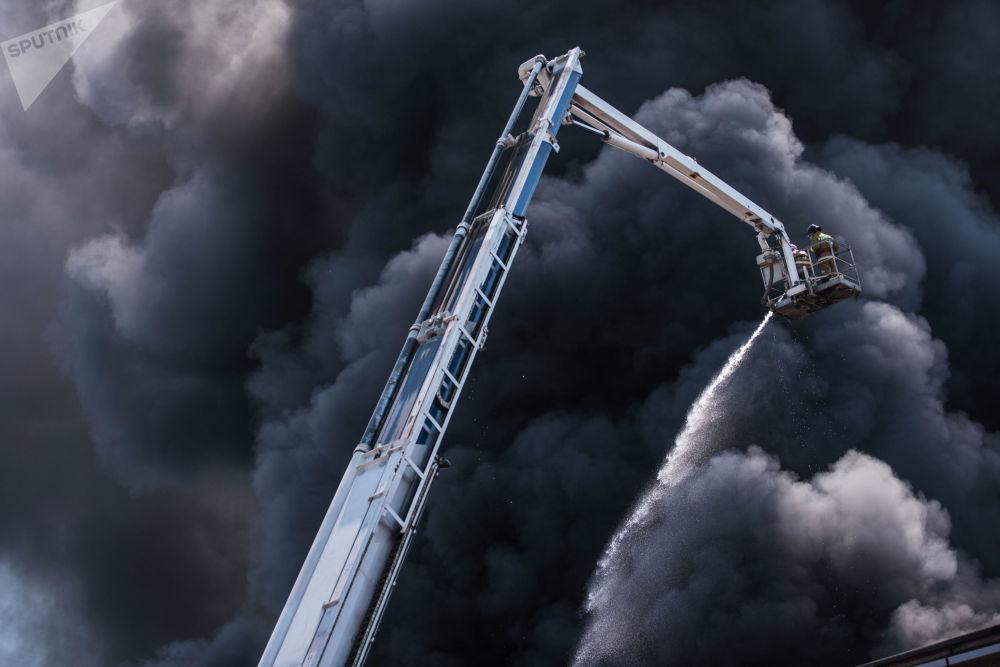 21 августа в Бишкеке  загорелся склад бытовой техники на пересечении улиц Московской и Интергельпо. Пострадали два человека. Огонь тушили восемь пожарных расчетов. Площадь возгорания составила 2 800 квадратных метров.