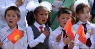 Торжественная линейка в День знания в средней школе. Архивное фото