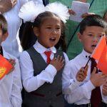1-сентябрь — Билим күнү. Кыргызстанда 114 миңден ашык окуучу мектеп босогосун аттады. Сүрөттө Чоң-Таш айылындагы Сүймөнкул Чокморов атындагы орто мектепте окуучулар гимнди ырдоодо