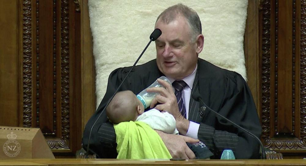 Спикер парламента Новой Зеландии Тревор Маллард на заседании с младенцем на руках. 21 августа 2019