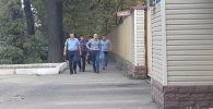 Экс-депутат ЖК Омурбек Бабанов у здания ГКНБ, где его ожидает допрос