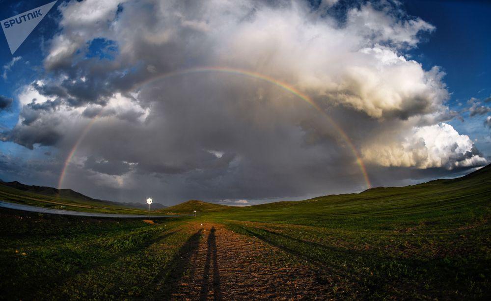 Радуга в одном из поселений Монголии