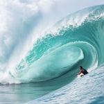 Серфингист на побережье острова Таити