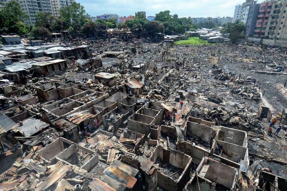 Крупный пожар в Дакке (Бангладеш) оставил без крова более 10 тысяч человек. Пожар начался в пятницу вечером в районе Мирпур (столичные трущобы) и уничтожил около двух тысяч лачуг.