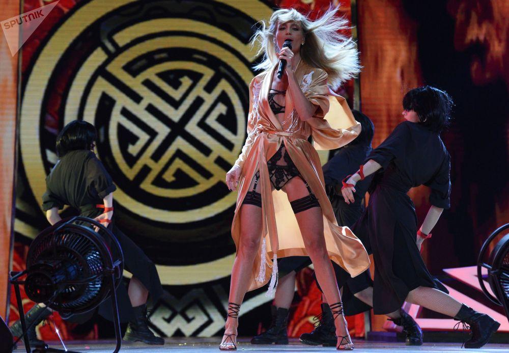 Российская певица Глюкоза выступает на торжественной церемонии открытия международного конкурса молодых исполнителей Новая волна — 2019 в Сочи