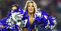 Чирлидерша бейсбольной команды Dallas Cowboys выступает перед матчем