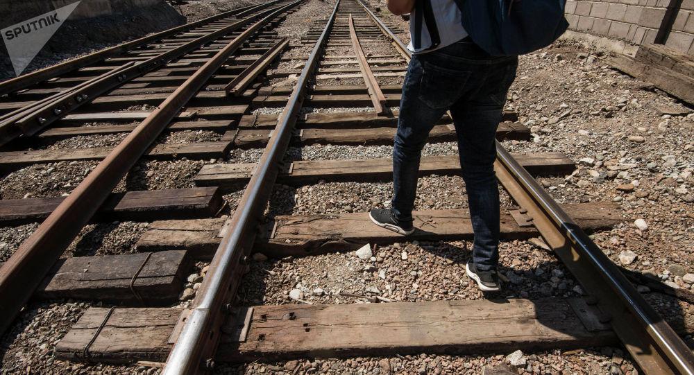 Мужчина идет по железнодорожным рельсам. Архивное фото