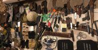 Милиционеры обнаружили в одной из бишкекских квартир в микрорайоне Тунгуч огнестрельное и холодное оружие, а также боеприпасы.  17 мая 2019 года