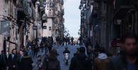 Прохожие на одной из улиц Барселоны. Архивное фото