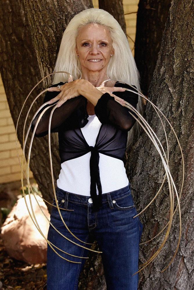 Ли Редмонда эң узун тырмактуу айым. Аны каттоого алар маалда тырмактарынын узундугу 7 метр 51,3 сантиметрди түзгөн. Сүрөттө анын тырмактары 76 сантиметр.