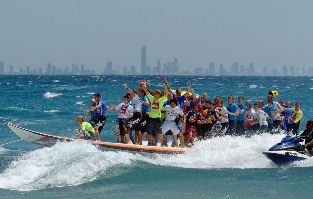 Эң узун серфинг тактасы. Ага 47 спортчу баткан.