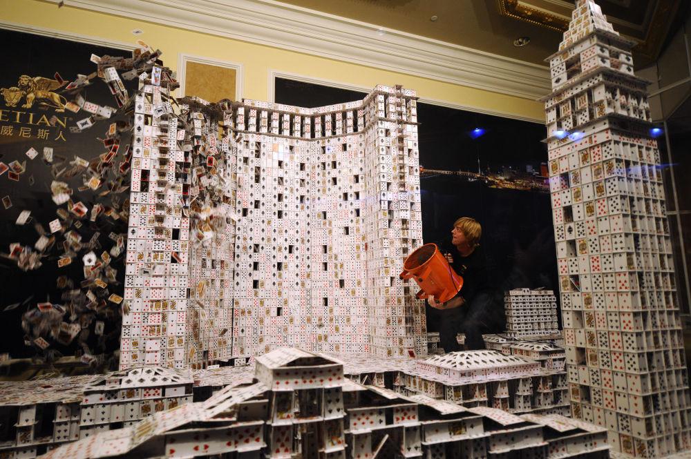 Картадан үй куроо боюнча чебер Брайан Берг мейманкананын эскизин жасады