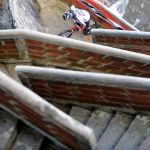 Велосипедист Хавьер Запата Колумбиянын Пьедра дель Пенол тепкичинен чыгып баратат. Ал 649 тепкичти 43 мүнөттө басып өткөн.