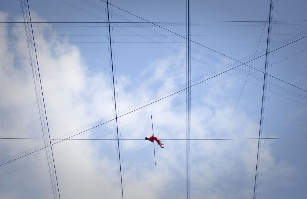 Кытайдын жараны Адили Вуксор Пекиндин стадионунун үстүндөгү асма жолдо эки ай бою баскан