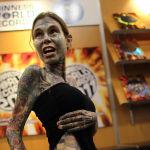 Жулия Гнусенин денесине эң көп тату тартылган. Сүрөттөр денесинин 95 пайызын ээлейт.