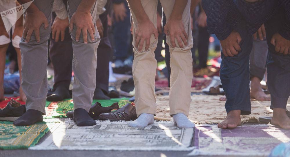 Люди во время намаза в Бишкеке. Архивное фото