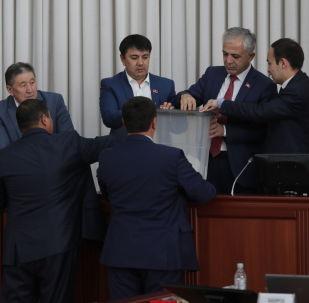 Депутаты во время голосования на заседании Жогорку Кенеша. Архивное фото