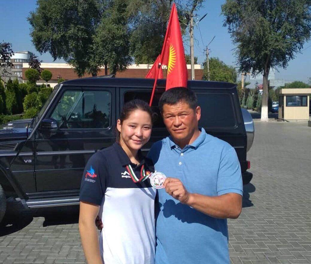 Серебряный призер чемпионата мира по спортивной борьбе среди юношей Калмира Билимбек кызы с отцом