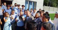 Бывшего депутата Омурбека Текебаева и экс-посла Дуйшенкула Чотонова отпустили из зала Первомайского районного суда. 29 августа 2019 года