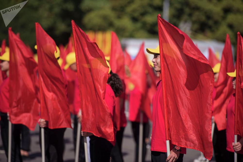 Кыпкызыл байрактар... 1991-жылдын дал ушул күнү, 31-августта Кыргызстан Көз карандысыз мамлекет болгон. Жогорку Кеңеш Эгемендүүлүк боюнча декларация кабыл алган.