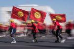 Кыргызстандын желегин көтөргөн майрамдык иш чаранын катышуучулары. Архив