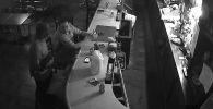 В городе Сент-Луис (США) камера наблюдения сняла момент ограбления бара. Самое интересное — один из посетителей бара отнесся к этому спокойно, продолжая пить спиртное и копаться в смартфоне.